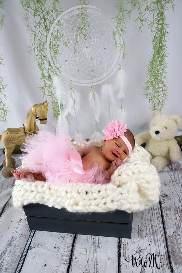 mignonne petite fille dans caisse en tutu rose