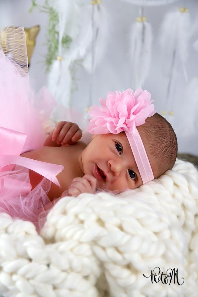 photo de naissance petite fille fleur rose