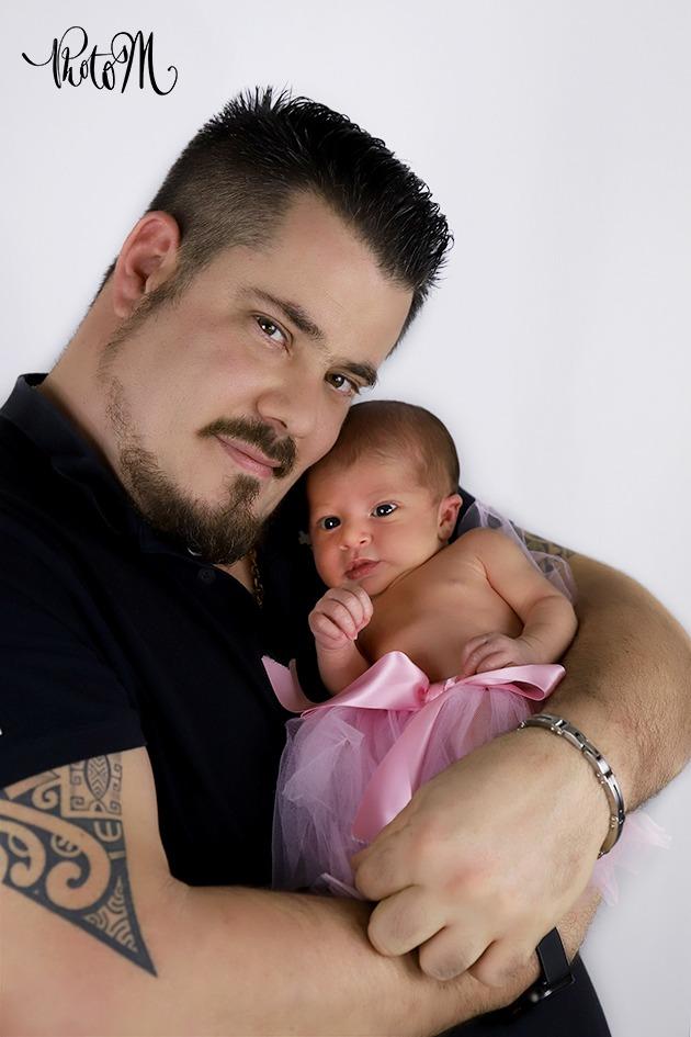 Photo de naissance de cette belle petite fille dans les bras de son papa