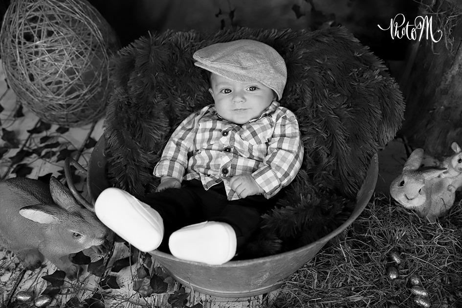 petit bonhomme avec un beret dans une bassine pour pâques