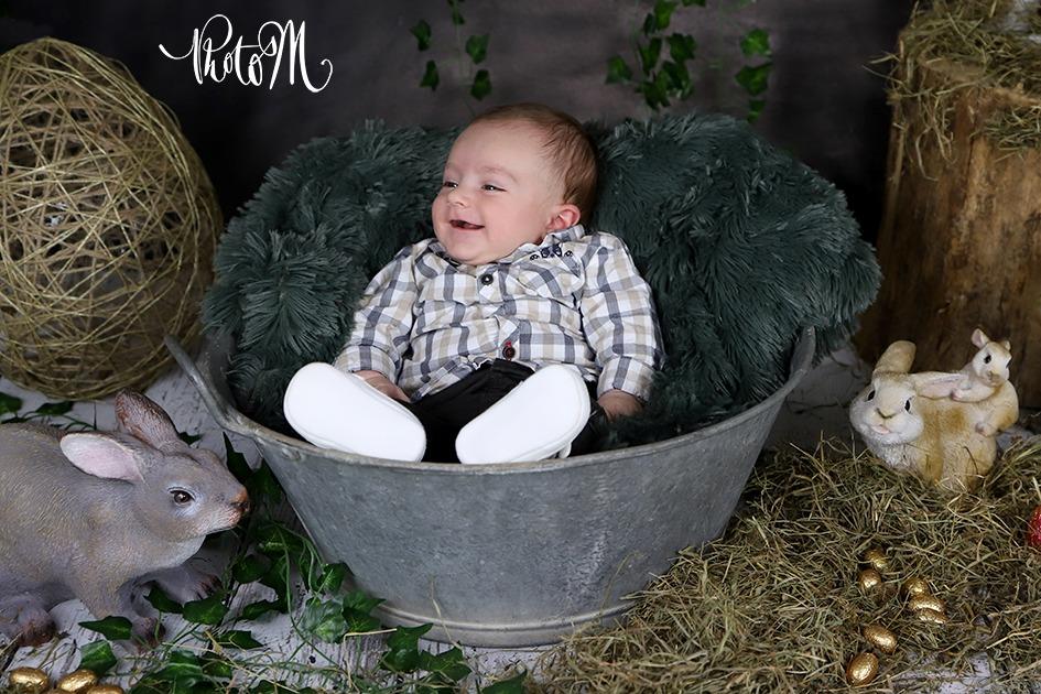 enfants joyeux entouré de lapins de pâques