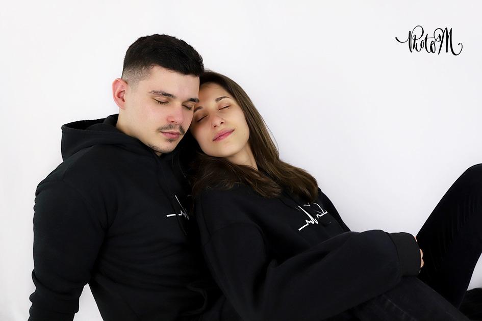jeune couple d'amoureux les yeux fermés