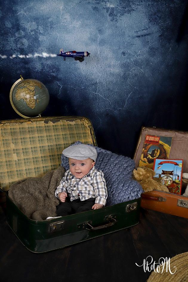 Photo enfant voyageur dans une valise avec avion