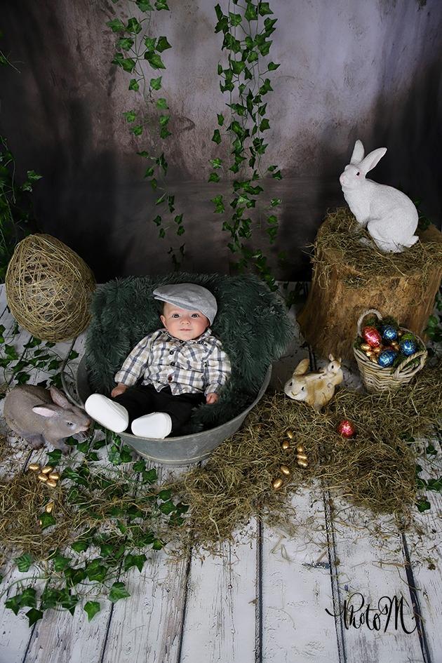 bébé dans une bassine et avec béret pour pâques