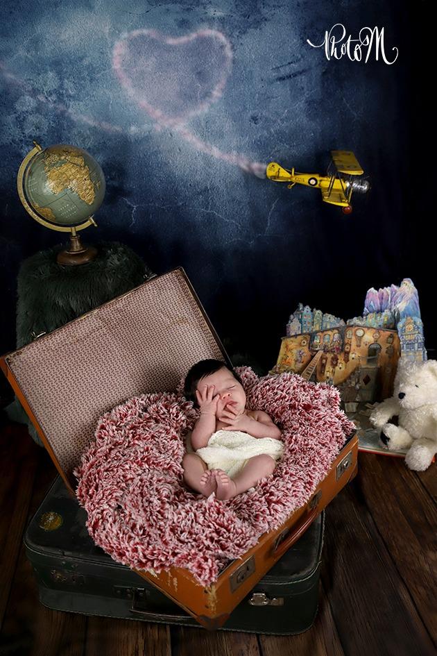 naissance bébé trop mignonne dans valise avec coeur en fumée