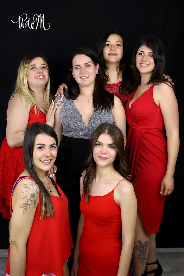Enterrement de vie de jeune fille en robe de soirée rouge en studio