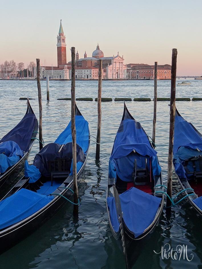 Gondoles sur la lagune de Venise