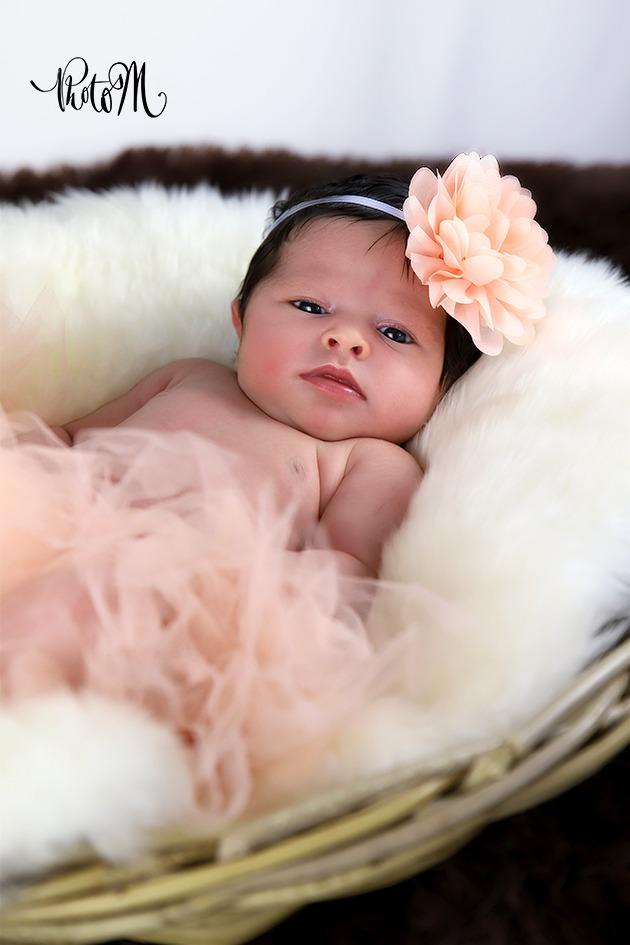 bébé en tutu et fleur couleur saumon