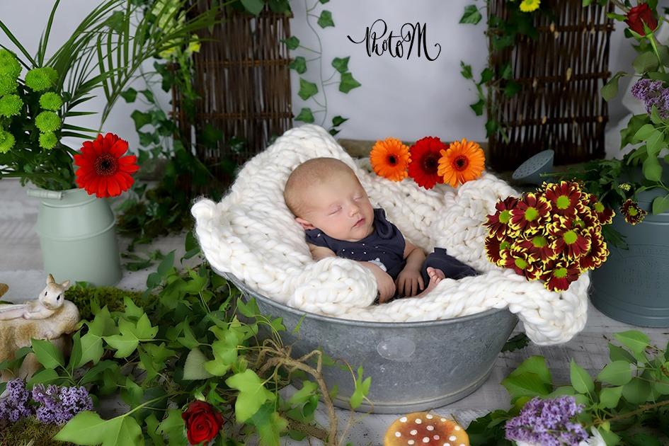 bébé entouré de fleurs