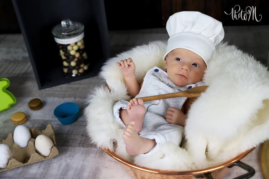 adorable bébé cuisinier dans casserole