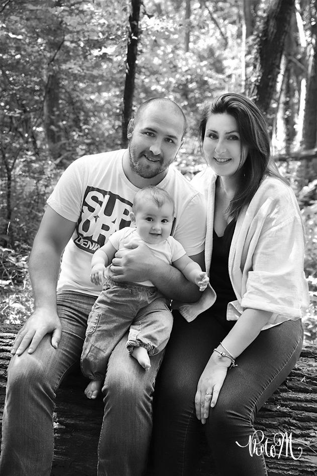 famille dans les bois en noir et blanc