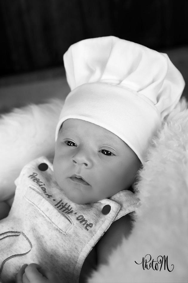 Photo de naissance avec toque de cuisinier en noir et blanc