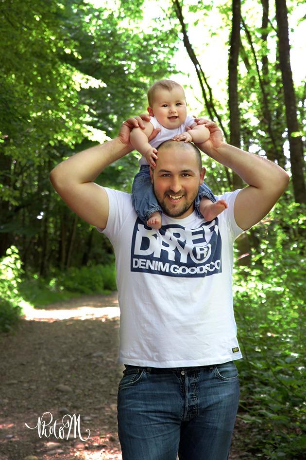 la joie d'être sur les épaules de papa