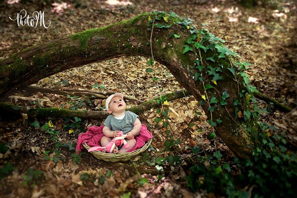 bébé dans les bois admirant la forêt