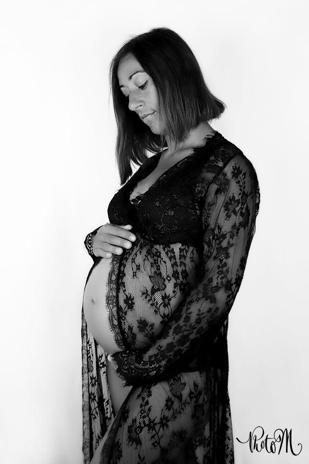 femme enceinte dans robe dentelles noires