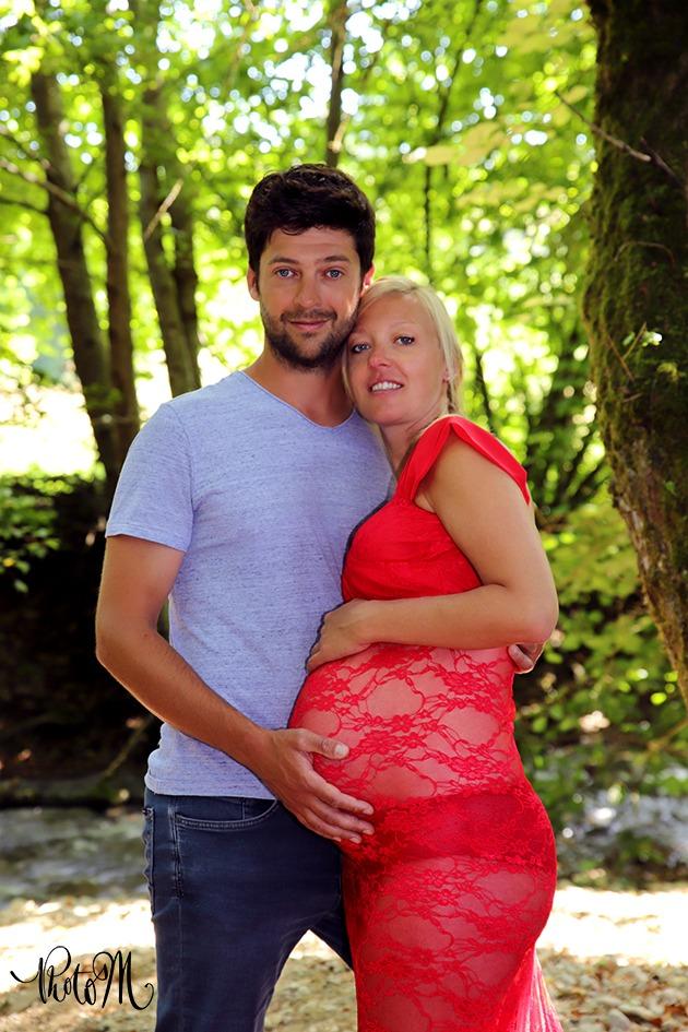 femme enceinte et son mari au bord de l'eau
