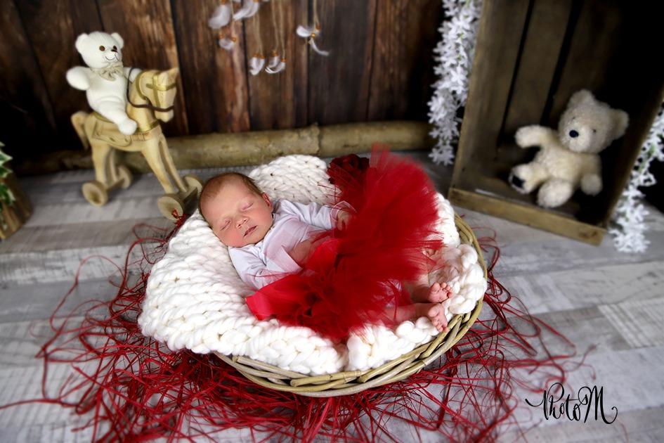 photo naissance petite fille en robe rouge