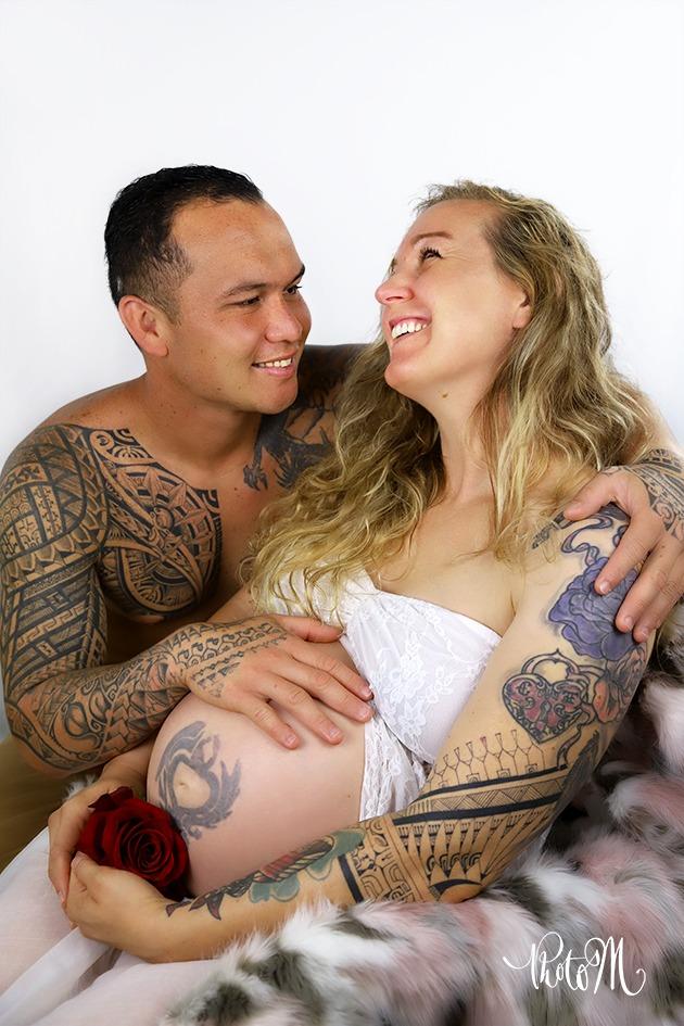 la joie de couple avec femme enceinte