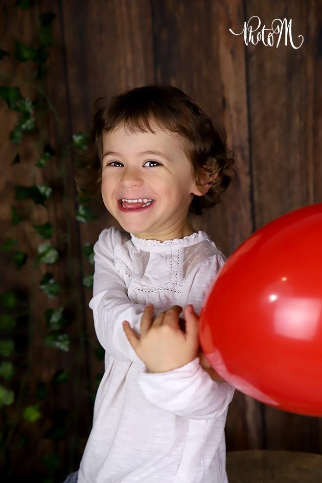 éclat de rire de cette petite fille en jouant au ballon