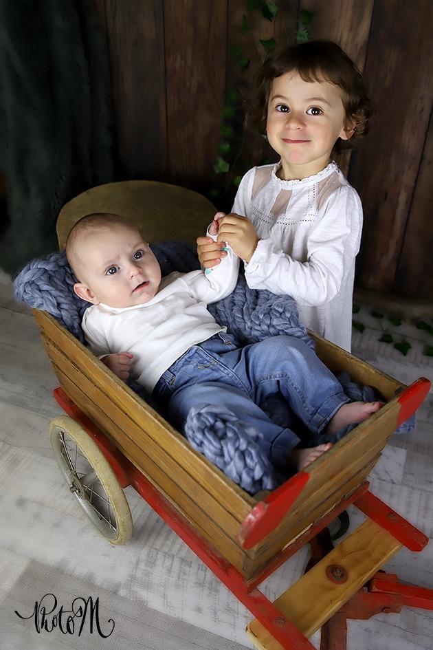 l'amour frère-sœur dans petite charrette